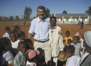 Dr Suter baut Schule und Krankenhaus